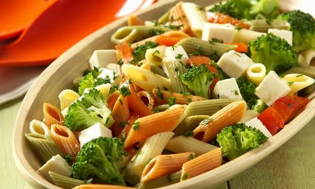 Penne com Brócolis, tomate, queijo minas e manjericão